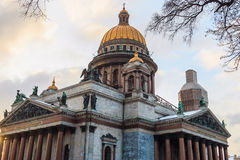 Dämmern Sie in der Stadt, Heilig-Isaac-Kathedrale in St Petersburg Stockfoto