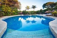 Dämmerung am tropischen Swimmingpool Stockfoto