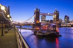 Dämmerung-Zeit Ansicht der Turm-Brücke in London Stockfoto
