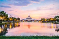 Dämmerungs-Pavillonmarkstein allgemeinen Parks Suan Luang Rama IX, Bangkok Stockfotografie