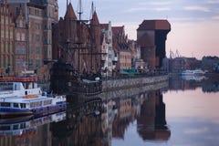 Dämmerungsansicht über den Fluss Motlawa die alte Stadt in Gdansk Stockfotos