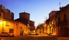 Dämmerungsstraße in Sant Adria de Besos. Katalonien Lizenzfreies Stockbild