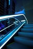 Déménagez l'escalator dans le bureau moderne Photographie stock