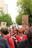 Démonstration rouge dans la rue de Montréal Photo libre de droits