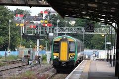 类172 dmu火车和老Great Western跨线桥 免版税库存图片