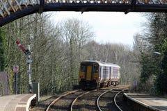 Dmu火车通过红色臂板信号的Arnside 库存照片