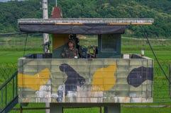 DMZ/COREIA DO SUL - 21 DE JUNHO DE 2013: Guardas armado no dever na vigia no DMZ no lado coreano sul do conflito imagens de stock