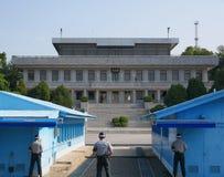DMZ of DPRK demilitariseerde streek die van Zuid-Korea Noord-Korea, met Zuidkoreaanse militairen onder ogen zien die naar het Noo royalty-vrije stock foto