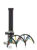 DNA molekuły model z starym mikroskopem nad białym tłem Zdjęcie Stock