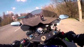 DNEPR, ΟΥΚΡΑΝΙΑ - 14 ΑΠΡΙΛΊΟΥ 2019: Μοτοσυκλετιστής από τη συγκράτηση για να καθίσει στο μπλε, ένα αθλητικό ποδήλατο και τις ενάρ φιλμ μικρού μήκους