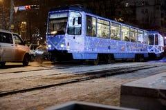 Dnepr, Ucrania - 1 de enero de 2017: Tranvía de la Navidad con l festivo Imagen de archivo libre de regalías