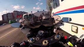 DNEPR UKRAINA - APRIL 14, 2019: Motorcyklisten på blåa sportar cyklar ritter till och med staden av entäckt väg stock video