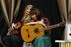 De gitaarduet van vrouwen Stock Foto's