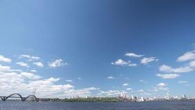 Dnepropetrovsk-Stadt mit Skylinen über Dnipro-Fluss stock video
