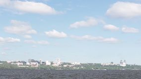 Dnepropetrovsk-Stadt mit Skylinen über Dnipro-Fluss stock video footage