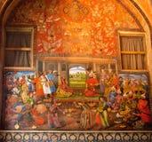Dîner avec des danses de ventre dans le palais de roi sur le fresque de mur Image stock