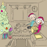 Dîner de Noël La fille déballe le cadeau Couples dans l'amour à la maison Images stock