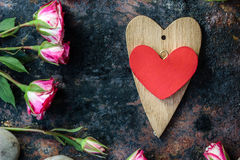 dni tła złote serce jest czerwony walentynki Dwa valentine serca na wieśniak powierzchni Zdjęcia Royalty Free