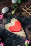 dni tła złote serce jest czerwony walentynki Dwa valentine serca na wieśniak powierzchni Obrazy Royalty Free