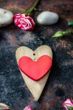 dni tła złote serce jest czerwony walentynki Dwa valentine serca na wieśniak powierzchni Zdjęcie Royalty Free