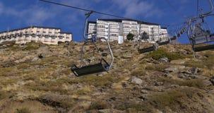Dnia czasu narciarski dźwignięcie jedzie up na halnej wczesnej zimie 4k Spain zdjęcie wideo