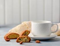 Dnia dobrego pojęcie - śniadaniowa piankowata kawy espresso kawa towarzysząca wyśmienicie Włoskimi migdałowymi cantuccini ciastka obrazy royalty free