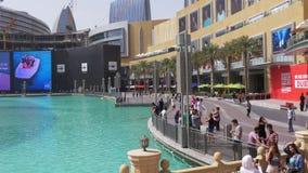 Dnia Dubai centrum handlowego fontanny turysty lekka sławna zatoka 4k uae zdjęcie wideo