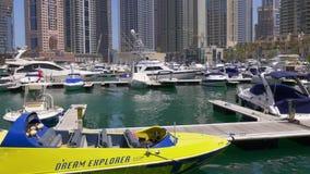 Dnia Dubai lekkiego marina doku staci łódkowaty zakończenie w górę 4k uae zbiory