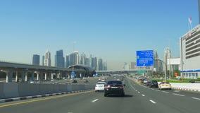 Dnia Dubai lekkiego miasta wycieczki samochodowej główny ruch drogowy 4k uae zbiory wideo