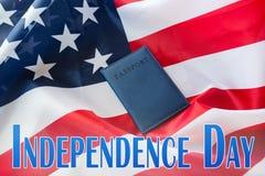 Dnia Niepodległości słowa, flaga amerykańska i paszport, zdjęcia royalty free