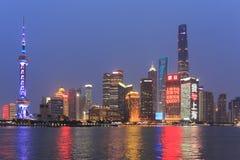Dnia widok Bund sceniczny punkt w Szanghaj z sławnymi Chińskimi drapaczami chmur Obraz Royalty Free