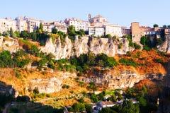 Dnia widok domy na skale w Cuenca Zdjęcia Royalty Free