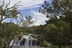 Dnia widok Krka siklawy w natual parku z ludźmi kąpać się w jeziorze, Fotografia Stock