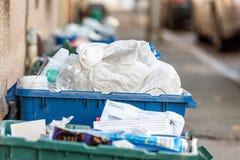 Dnia widoku plastice odpady odmówić koszy pudełka na Brytyjskiej drodze Fotografia Royalty Free