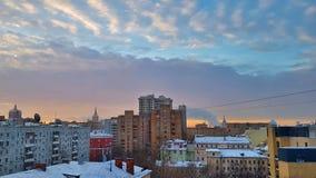 Dnieje w Moskwa nad domami i pięknym miasta wschód słońca odbijającym w okno wieżowowie i drapacz chmur na mroźnej zimie zdjęcie stock