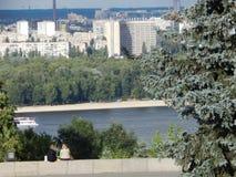 Dnieper的左岸的基辅视图城市的游览 免版税库存图片