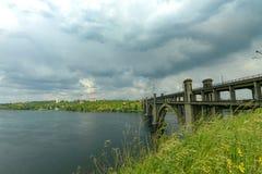 Dnieper的银行的风景在雨前的 免版税库存图片