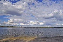 Dnieper flod med en trevlig sommarhimmel Arkivfoton