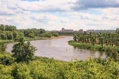 Dnieper-Fluss fließt die Stadt von Mogilev durch Stockfotos
