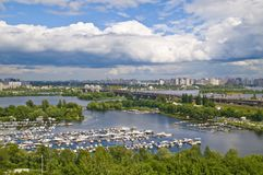 Dnieper Fluss und Bootsstation. Stockfotografie