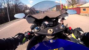 DNIEPR, DE OEKRAÏNE - APRIL 14, 2019: Een motorrijder op ritten van een de blauwe sportenfiets door de slechte stad van asfalt-ko stock videobeelden