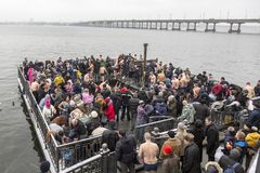 Dniepr, de Oekraïne, 19 januari, 2018: Feest van het Doopsel Jesus Het baden in Dnieper Stock Fotografie