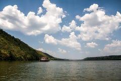 Dniester flodlandskap med ett hus på vattnet Royaltyfri Foto