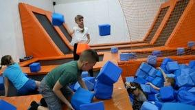 Dnipro,乌克兰4月27日2018年:在投掷色的立方体,2018年4月27日的泡沫橡胶坑的儿童游戏在Dnipro 股票视频