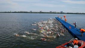 DNIPRO, ΟΥΚΡΑΝΊΑ 9 Ιουνίου 2019: Φεστιβάλ Triathlon Dnipro, έναρξη του ανταγωνισμού κολύμβησης, στις 9 Ιουνίου 2019 σε Dnipro, Ου απόθεμα βίντεο