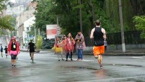 DNIPRO, ΟΥΚΡΑΝΊΑ 20 ΜΑΐΟΥ: Δρομείς υποστήριξης κατά τη διάρκεια της τρέχοντας φυλής μαραθωνίου στο 3$ο μισό μαραθώνιο 2018 INTERP απόθεμα βίντεο