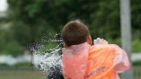 DNIPRO, ΟΥΚΡΑΝΊΑ 20 ΜΑΐΟΥ: Οι δρομείς πίνουν το νερό και παίρνουν χυμένοι στο σημείο ανανέωσης στο 3$ο μισό μαραθώνιο INTERPIPE D απόθεμα βίντεο