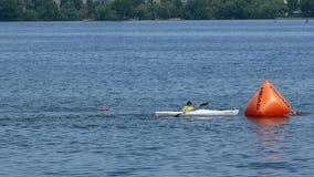 DNIPRO, УКРАИНА 9-ое июня 2019: Фестиваль триатлона Dnipro, плавая конкуренция, 9-ое июня 2019 в Dnipro, Украине видеоматериал