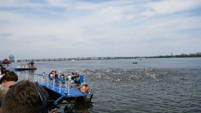 DNIPRO, УКРАИНА 9-ое июня 2019: Фестиваль триатлона Dnipro, плавая конкуренция, 9-ое июня 2019 в Dnipro, Украине сток-видео