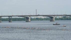 DNIPRO, УКРАИНА 9-ое июня 2019: Фестиваль триатлона Dnipro, плавая конкуренция, 9-ое июня 2019 в Dnipro, Украине акции видеоматериалы